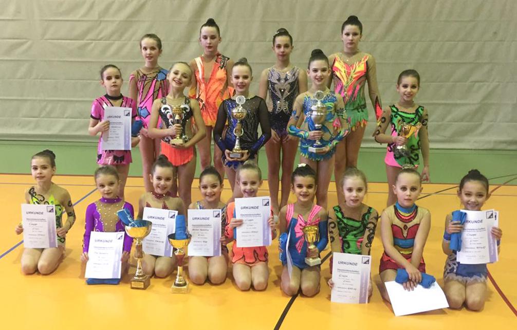 Gruppenfoto der erfolgreichen Gymnastinnen bei den Gaumeisterschaften 2020