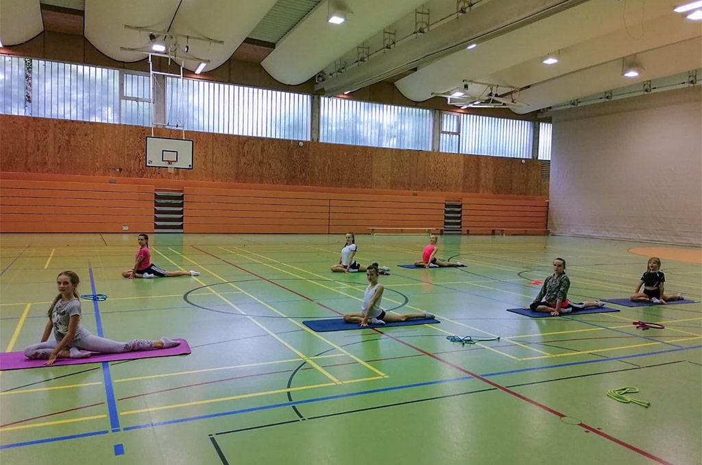 Gruppenfoto 2 unserer Rhythmischen Sportgymnastinnen während der Trainingswiederaufnahme.