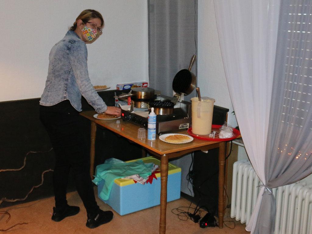 Aktion Adventstüte To Go: Natalia beim Waffeln backen.